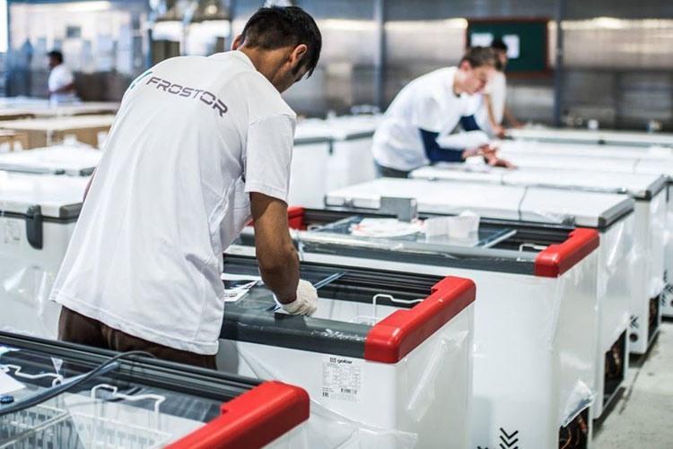 Сборка морозильников на заводе Фростор
