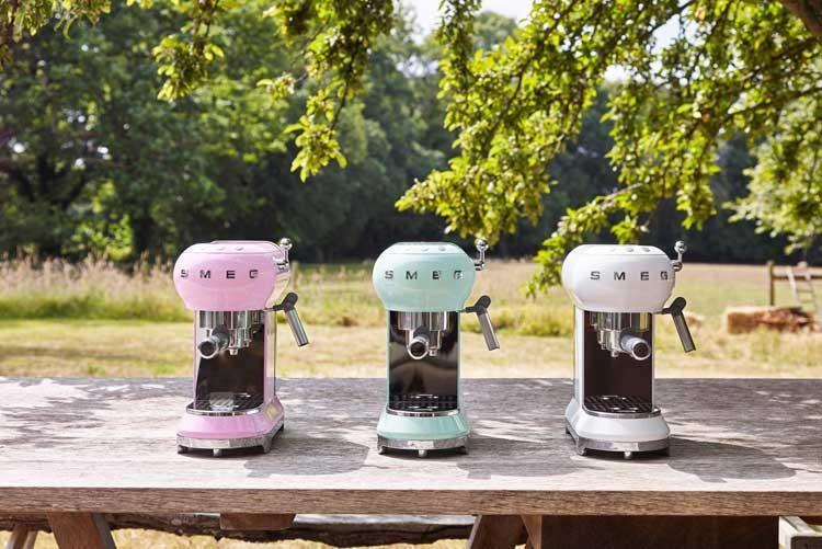 Кофеварки Smeg ECF01 в трех цветах: пастельном зеленом, розовом ибелом